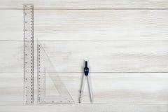Плоское положение правителей сантиметра riangle и рассекателя инженерства на деревянной поверхности Стоковая Фотография RF