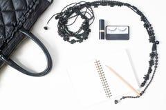 Плоское положение пустых аксессуаров тетради, карандаша и женщины в bl Стоковое Изображение RF