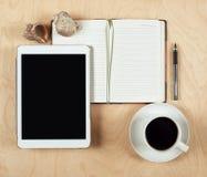 Плоское положение планшета, тетради, кофейной чашки и карандаша с пустым центром на деревянной предпосылке, взгляд сверху Стоковая Фотография RF