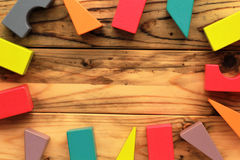 Плоское положение ярких красочных деревянных диаграмм разбросало на деревянные русые планки, абстрактную предпосылку Стоковые Фото