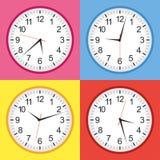 Плоское собрание желтого цвета, сини, розовых и красных стиля сетноое-аналогов часов Бесплатная Иллюстрация