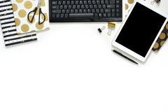 Плоское фото положения стола офиса белого с тетрадью таблетки, клавиатуры и золота копирует предпосылку космоса стоковое изображение rf