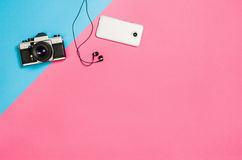 Плоское фото положения творческого стола места для работы женщины фрилансера с предпосылкой космоса экземпляра стоковое изображение rf