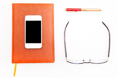 Плоское фото положения smartphone, блокнота, стекел и ручки Бизнес Стоковое Фото