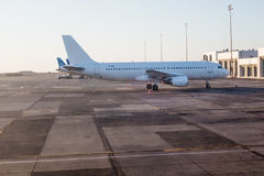 Плоскость на авиапорте Стоковая Фотография RF