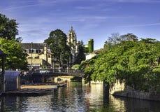 Плоскодонки выровнялись вверх на реке в Кембридже Англии Стоковое Изображение