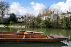 Плоскодонки на кулачке реки, Кембридже, Англии Стоковые Фотографии RF