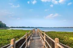Плотина с славным ясным голубым небом Стоковые Фото