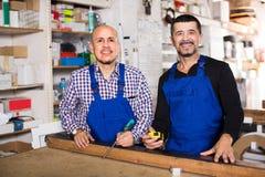 2 плотника на магазине плотников Стоковая Фотография RF