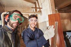 2 плотника сотрудничая друг с другом Стоковое фото RF