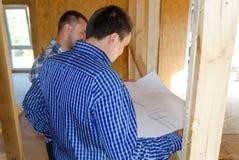 2 плотники или построителя обсуждая план Стоковое Фото