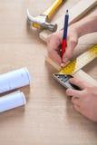 Плотник делает scetch на деревянной планке Стоковое фото RF