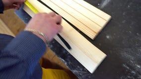 Плотник измеряет часть доски сток-видео