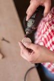 Плотник используя высокоскоростной роторный multi инструмент для того чтобы отрезать деревянное Стоковое Фото