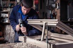 Плотник используя молоток и зубило в мастерской Стоковые Фото