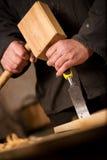 Плотник или плотник используя зубило и мушкел стоковое изображение
