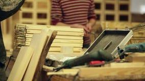 Плотник на електричюеских инструментах работы сток-видео