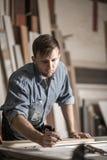 Плотник на работе в мастерской Стоковое Фото