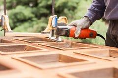 Плотник на работе с угловым шлифовальным прибором Стоковые Изображения RF