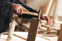 Плотник на работе стоковые фото