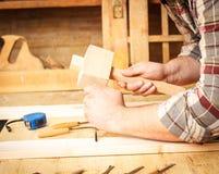 Плотник работая в его мастерской Стоковое Изображение RF