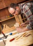 Плотник работая в его мастерской Стоковая Фотография RF