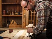 Плотник работая в его мастерской Стоковое Фото