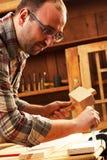 Плотник работая в его мастерской Стоковые Фотографии RF