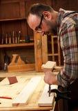 Плотник работая в его мастерской Стоковое фото RF
