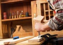 Плотник работая в его мастерской Стоковое Изображение