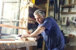 Плотник работая в традиционном пути стоковое изображение rf