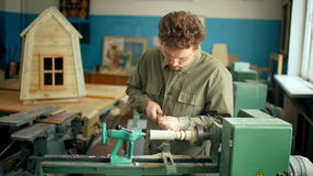 Плотник работая с машиной в мастерской сток-видео