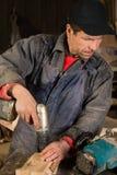 Плотник работая с сверлом в мастерской стоковые фотографии rf