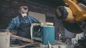 Плотник с зубилом в руках на верстаке сток-видео