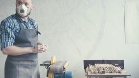 Плотник трудясь в маске и стеклах для безопасности Плотник с зубилом сток-видео