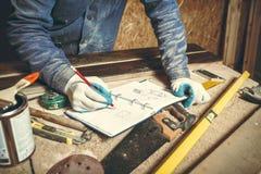 Плотник человека в его домашнем manufactory Стоковое Изображение