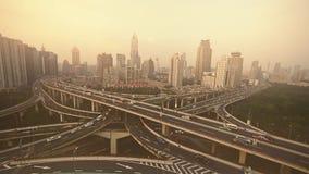 Плотное движение на взаимообмене шоссе, виде с воздуха загрязнения помоха Шанхая видеоматериал