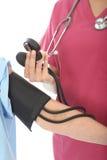 Плотный урожай молодого профессионального женского кровяного давления доктора Taking пациента Стоковое Изображение