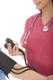 Плотный урожай профессионального молодого женского кровяного давления доктора Taking пациента Стоковое фото RF