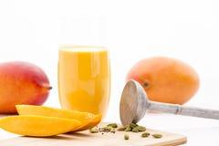 Плоть манго, кардамон, пестик и манго Mocktail Стоковые Фото