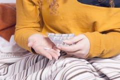 Плохая больная женщина, принимая пилюльку Стоковое Фото