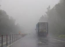 Плохая видимость на шоссе Тележка в тумане Стоковая Фотография RF