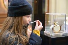 Плохая маленькая девочка обнюхивает дух Стоковое Изображение