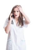 Плохая новость доктора женщины reveiving на телефоне Стоковая Фотография RF