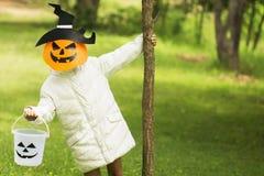 Плохие дети играют хеллоуин с маской handmade Стоковые Фотографии RF