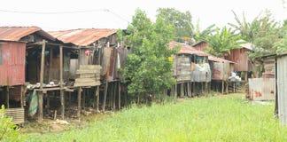 Плохие дома над высушенным рекой Стоковое Фото