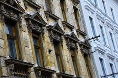 Плохое состояние и восстановленные фасады Стоковое Фото