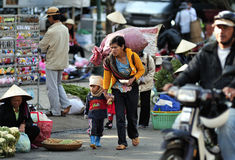 Плохой выноситель ragpicker с ее ребенком стоковые фото