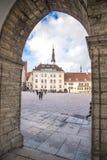 Площадь ратуши через старый каменный свод в Таллине Стоковые Фото