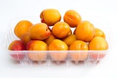 Плодоовощи абрикоса packged на пакете супермаркета пластичном Стоковые Фото